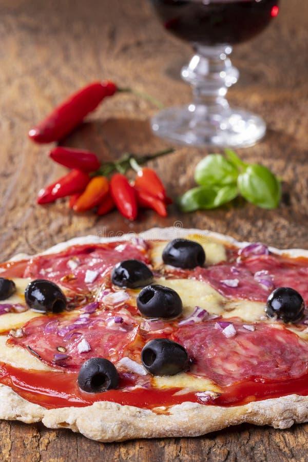 Pizza con el vino fotos de archivo libres de regalías