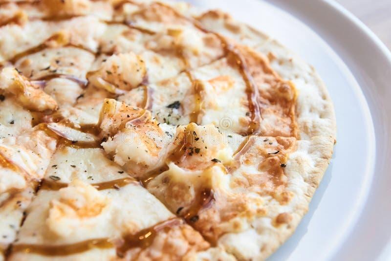 Pizza con frutti di mare Piccoli pezzi triangolari Fondo leggero fotografie stock libere da diritti