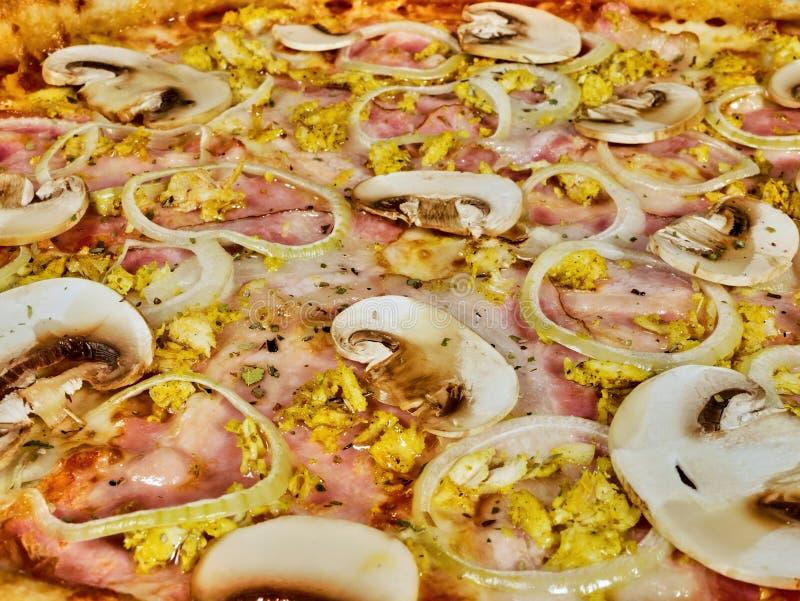 Pizza con i funghi e la fine del prosciutto su immagine stock libera da diritti