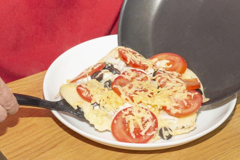 Pizza con i pomodori, olive, formaggio cucinato in pentola a casa immagini stock libere da diritti