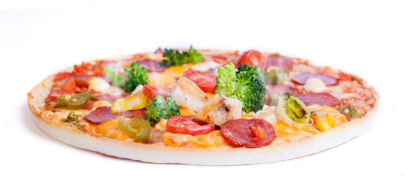 Pizza con il pollo ed il broccolo fotografia stock