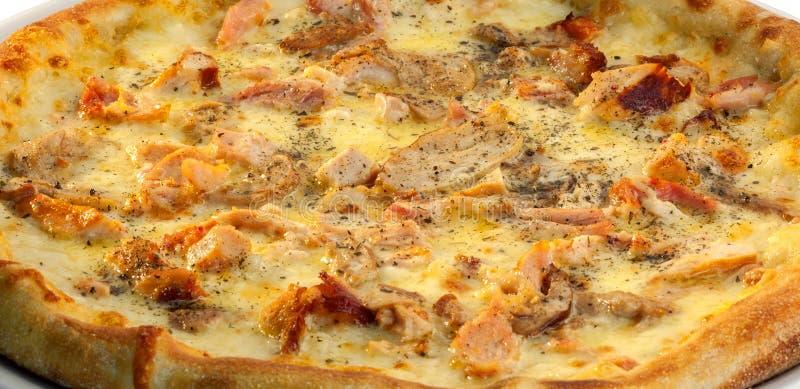 Pizza con il pollo ed il formaggio fotografie stock libere da diritti