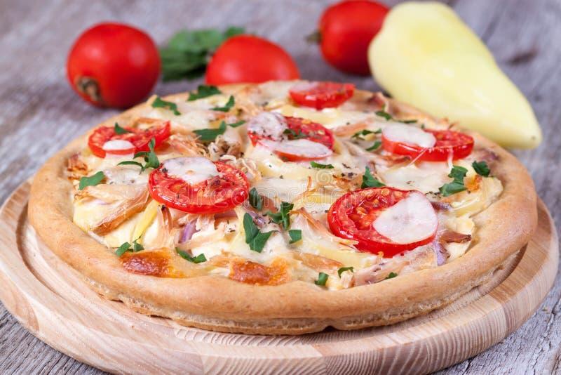 Download Pizza Con Il Pollo, I Pomodori Ed Il Formaggio Su Un Bordo Di Legno Fotografia Stock - Immagine di filling, fine: 56885212