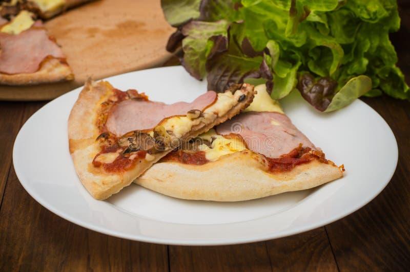Pizza con il prosciutto, i funghi e la salsiccia del bacon Priorità bassa di legno Vista superiore Primo piano immagine stock libera da diritti
