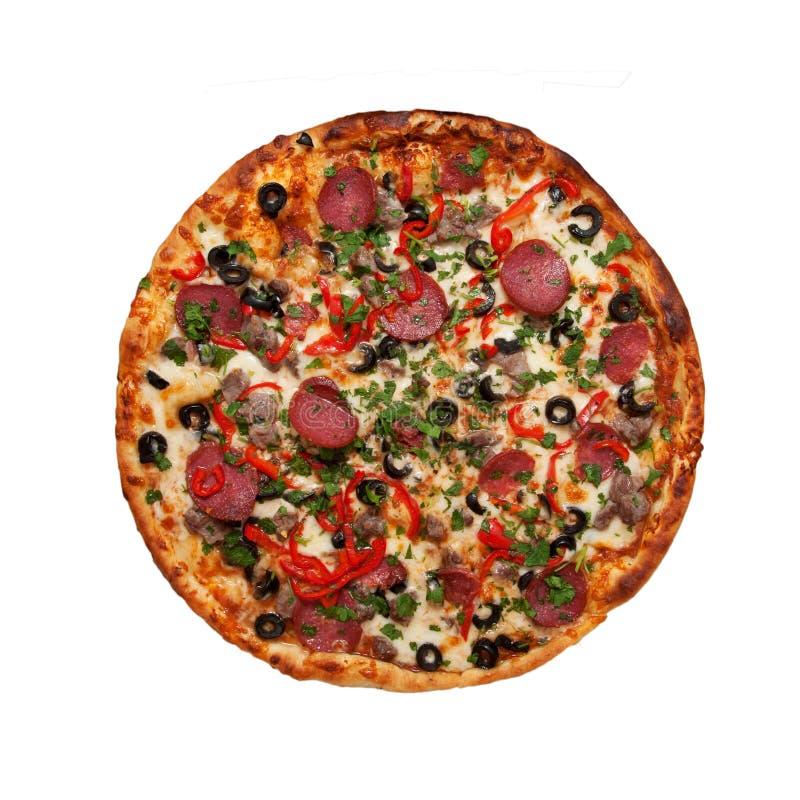 Pizza con il prosciutto, la salsiccia, la carne, il pepe e le olive come backgro dell'alimento fotografie stock libere da diritti