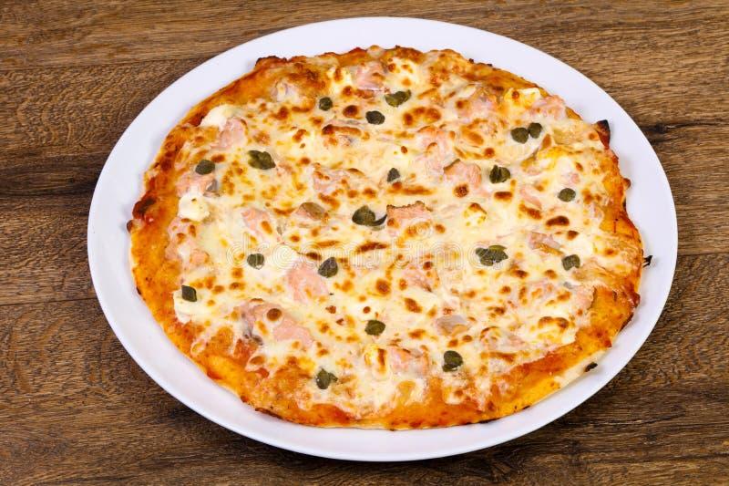 Pizza con il salmone ed i capperi immagine stock