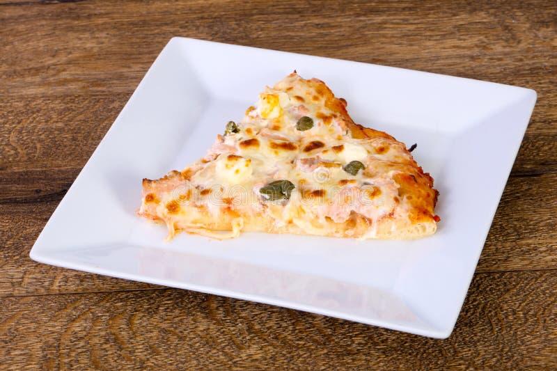 Pizza con il salmone ed i capperi fotografie stock libere da diritti