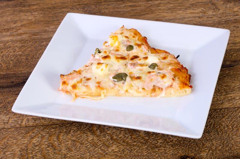 Pizza con il salmone ed i capperi fotografie stock