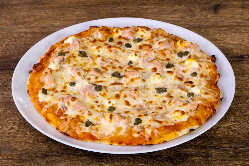 Pizza con il salmone ed i capperi fotografia stock libera da diritti