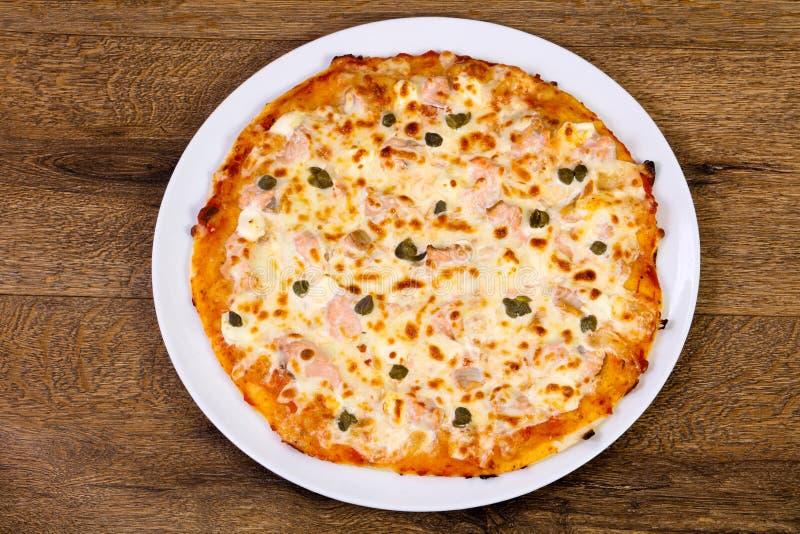 Pizza con il salmone ed i capperi immagine stock libera da diritti