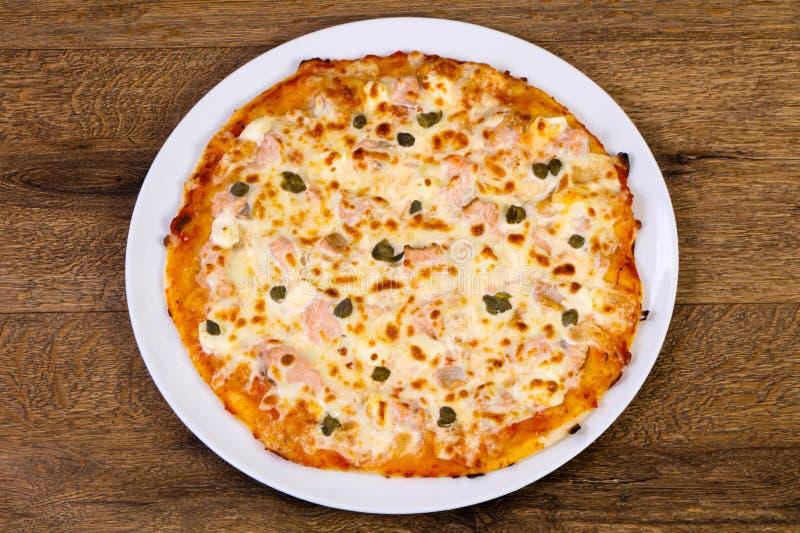 Pizza con il salmone ed i capperi immagini stock libere da diritti