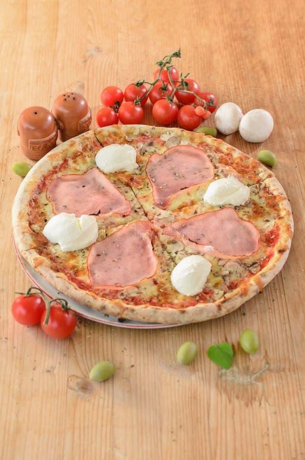Pizza con la carne asada, la crema agria, setas e ingredientes alrededor fotos de archivo libres de regalías