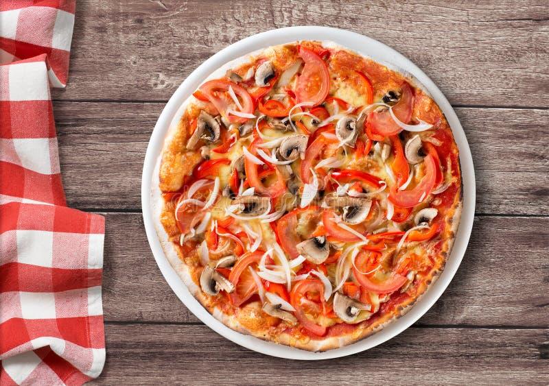 Pizza con la opinión superior de la paprika y de las setas sobre la tabla fotografía de archivo libre de regalías