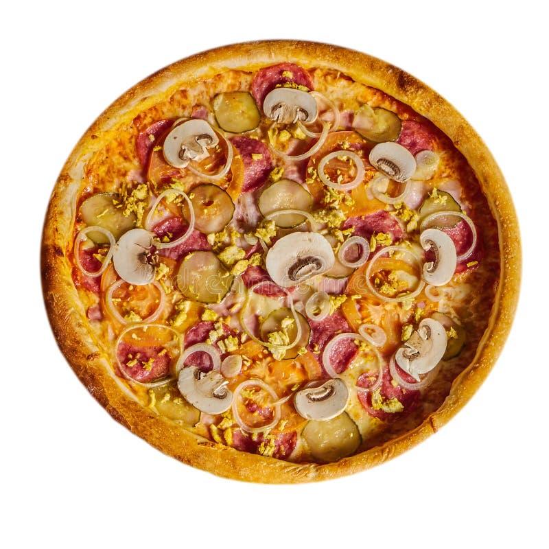 Pizza con la salchicha, cebolla, pepinos en un fondo aislado imagen de archivo
