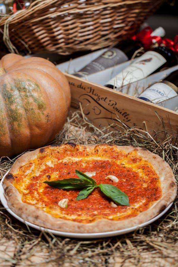 Pizza con la salsa de tomate fotografía de archivo libre de regalías