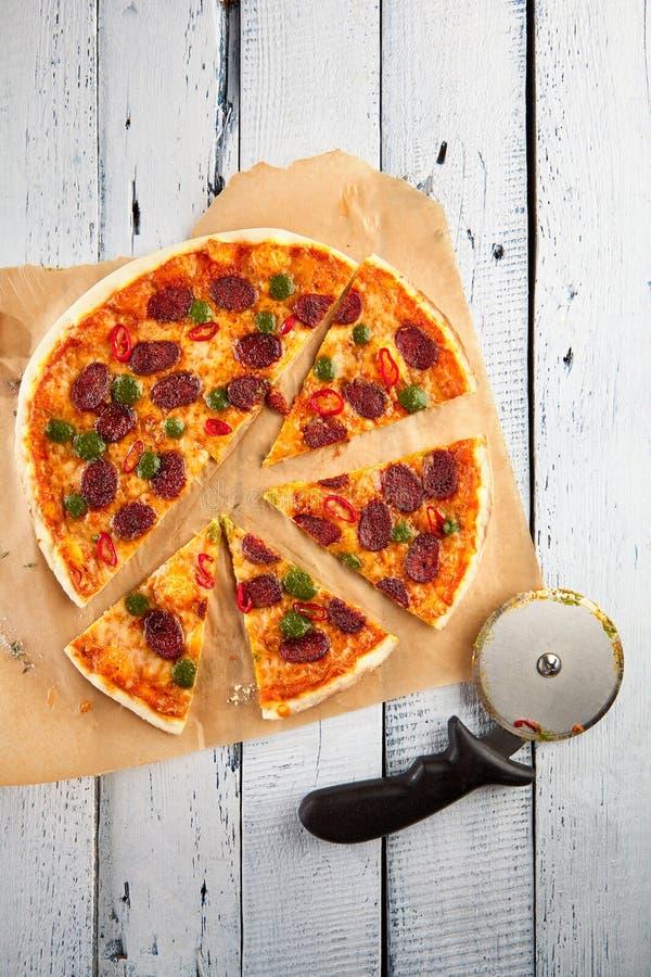 Pizza con la salsiccia piccante immagini stock