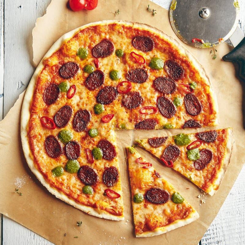 Pizza con la salsiccia piccante fotografia stock