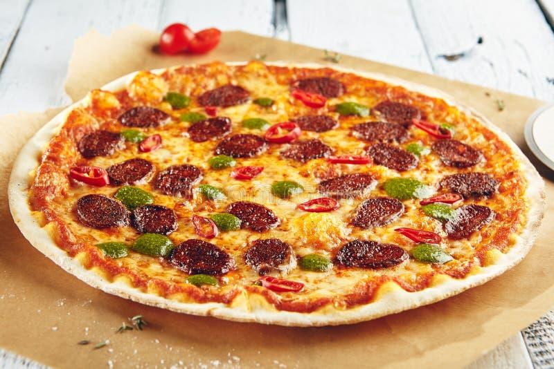 Pizza con la salsiccia piccante fotografie stock
