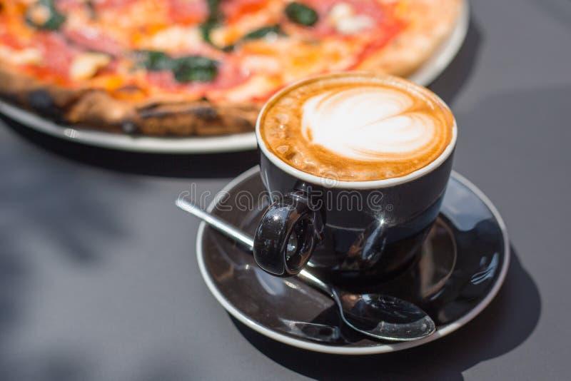Pizza con la taza de café para el restaurante, el café y el etc Alimento delicioso fotos de archivo libres de regalías