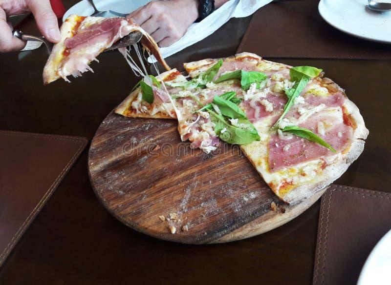 Pizza con la verdura del salmone affumicato e del formaggio e del razzo fotografia stock
