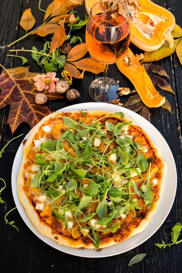 Pizza con la zucca e la feta fotografia stock
