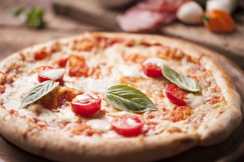 Pizza con las hojas de la mozzarella, del queso y de la albahaca imagen de archivo libre de regalías