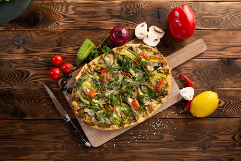 Pizza con le verdure e l'olio del tartufo su fondo di legno immagine stock