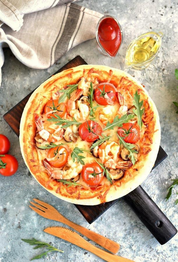 Pizza con los camarones, los tomates de cereza, las setas del portobello, la mozzarella y el arugula grandes imagenes de archivo
