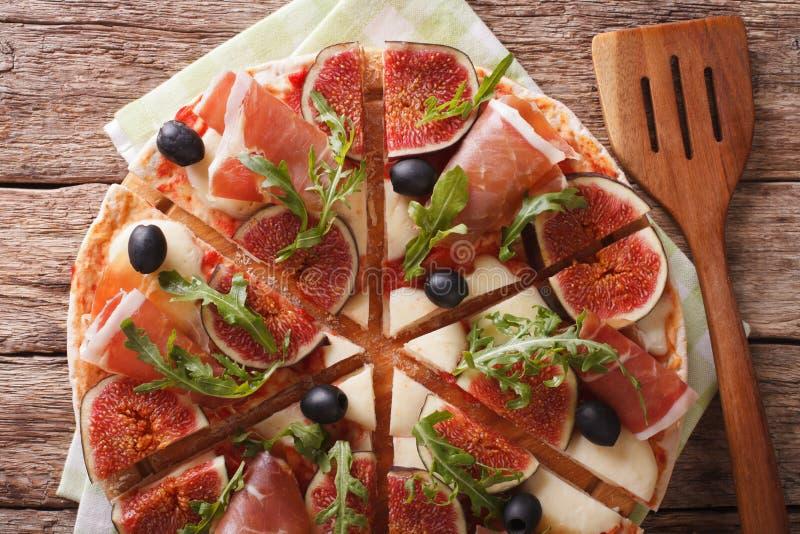 Pizza con los higos, el prosciutto, las hierbas, las aceitunas y closeu de la mozzarella fotos de archivo libres de regalías