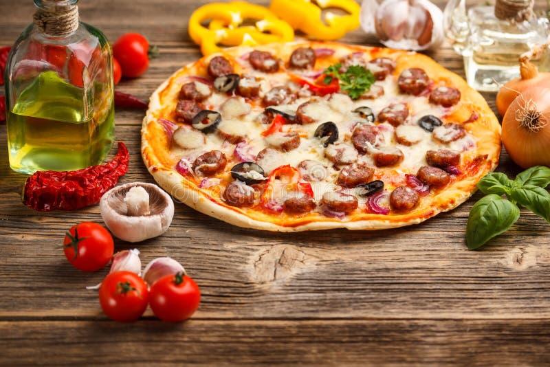 Pizza con los ingredientes fotos de archivo libres de regalías