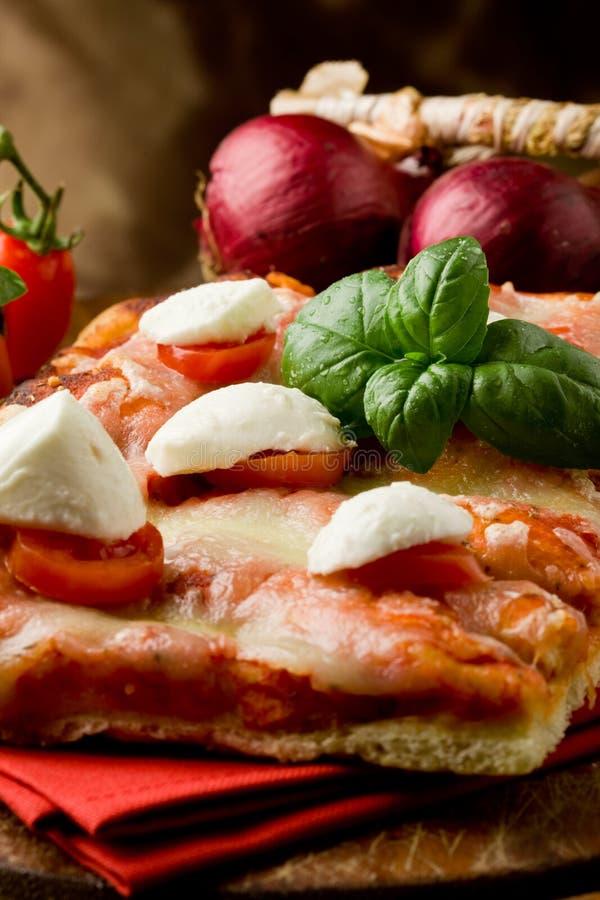 Pizza con los tomates de cereza y la mozarela del búfalo foto de archivo libre de regalías