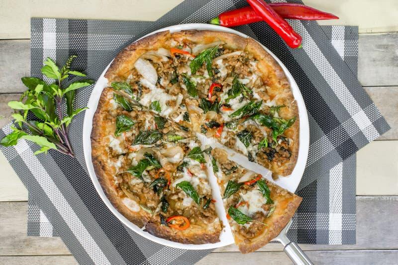 Pizza con muchos desmoche y queso Pizza de la visión superior en la placa blanca en la tabla de madera con la decoración fotos de archivo