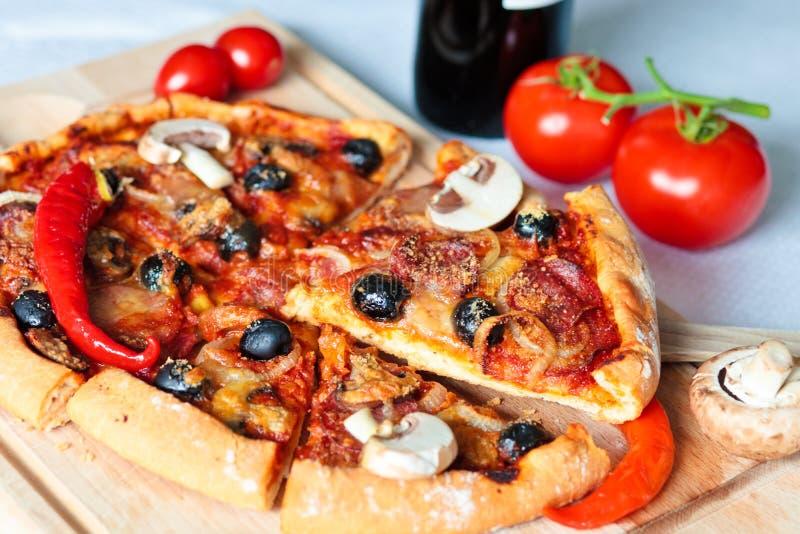 Pizza con salame immagini stock libere da diritti