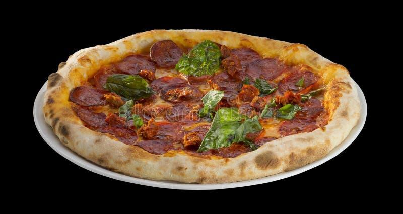 Pizza con salame, formaggio e basilico fotografie stock libere da diritti