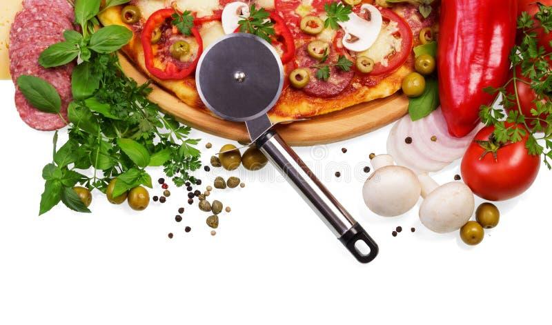 Pizza con salame, funghi, peperoni, formaggio, olive, ruota del coltello isolata fotografia stock
