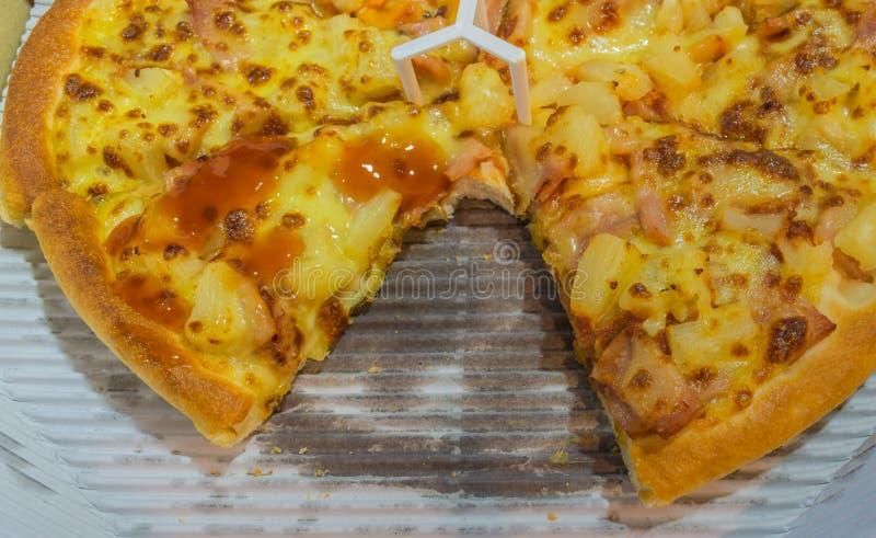 Pizza con una mancanza della fetta fotografia stock libera da diritti