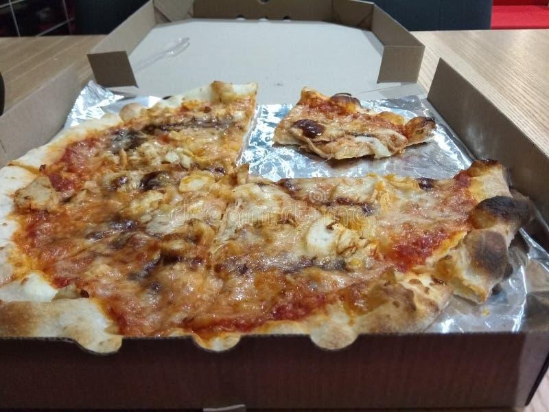 Pizza in contenitore di cartone su fondo di legno fotografia stock libera da diritti