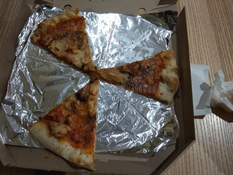 Pizza in contenitore di cartone su fondo di legno fotografie stock libere da diritti