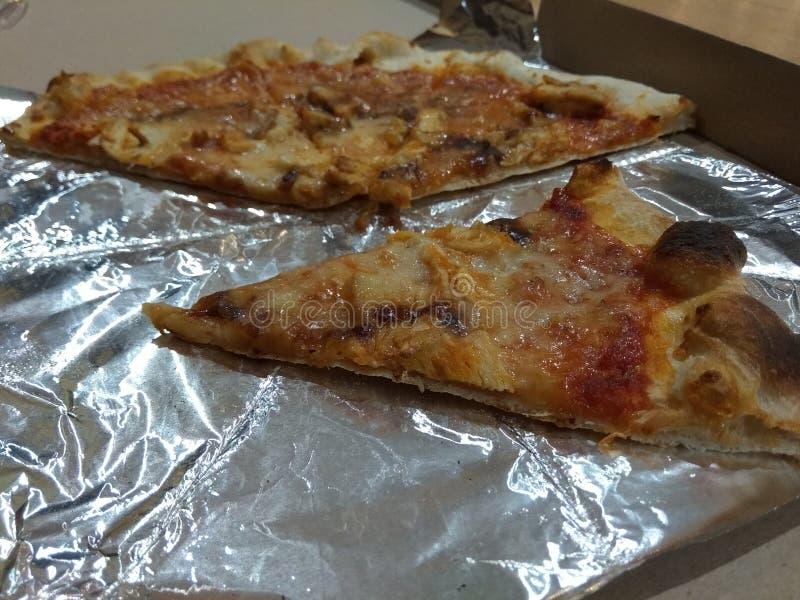 Pizza in contenitore di cartone su fondo di legno immagini stock libere da diritti