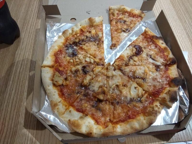 Pizza in contenitore di cartone su fondo di legno fotografie stock
