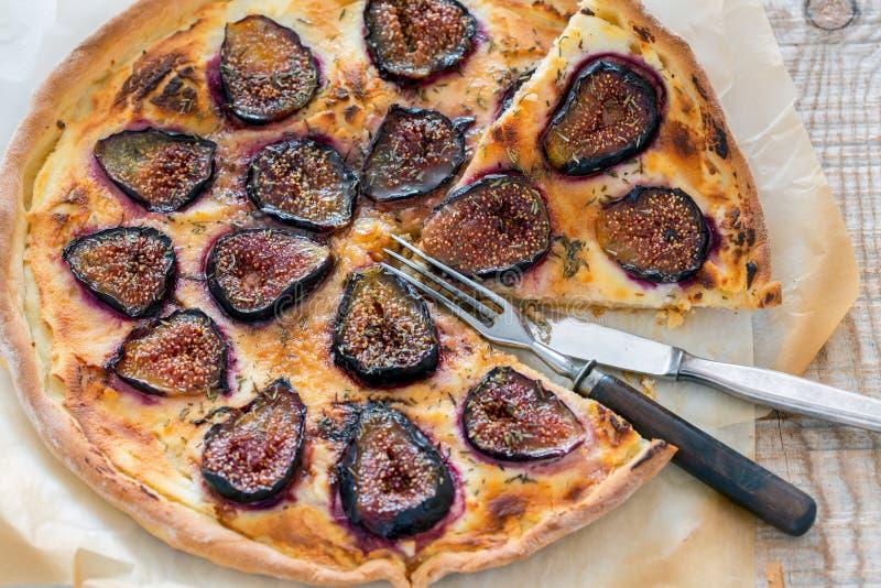Pizza cortada com figos, forquilha e faca foto de stock