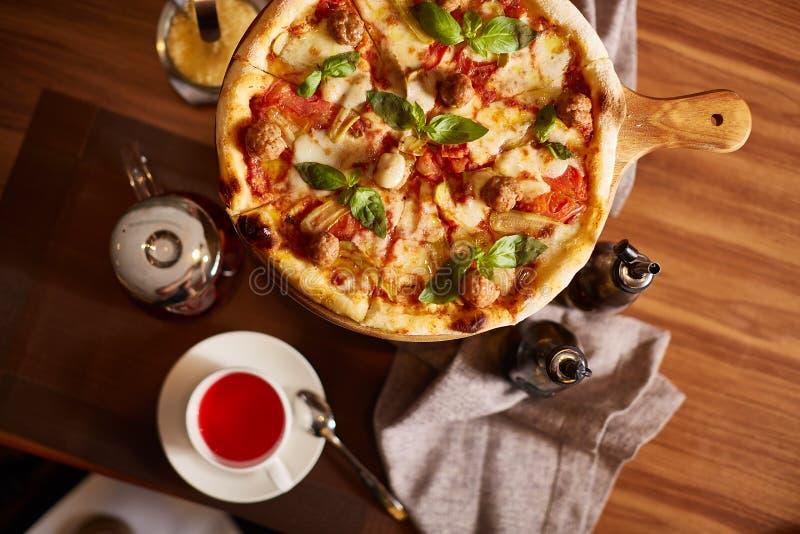 Pizza cortada italiano imagem de stock royalty free