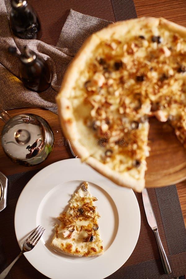 Pizza cortada italiano com o marisco pronto para comer imagem de stock