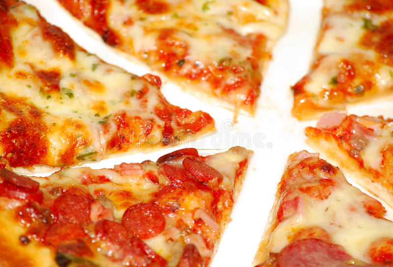 Pizza coupée en tranches image libre de droits