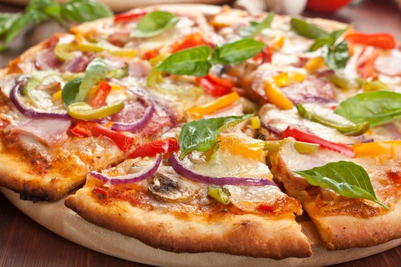 Pizza coupée en tranches savoureuse photos libres de droits