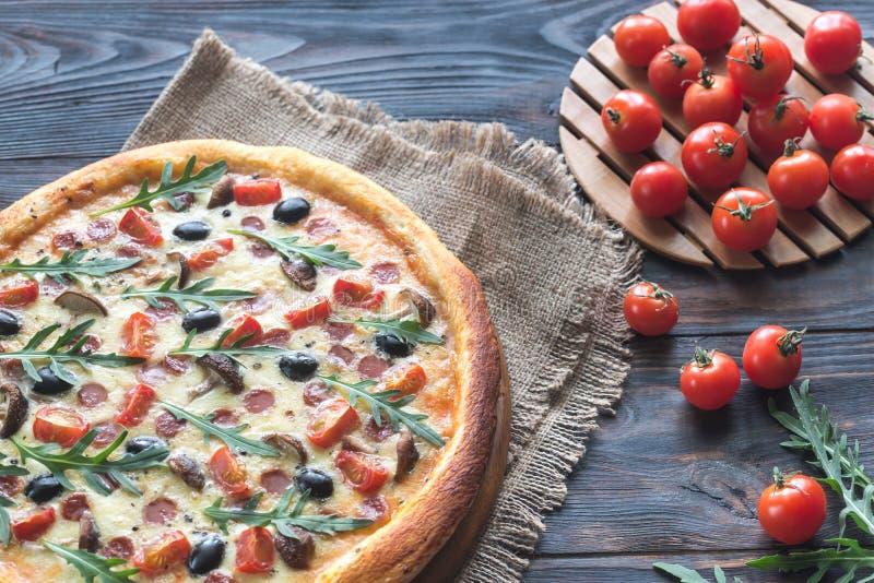Pizza cozinhada imagens de stock