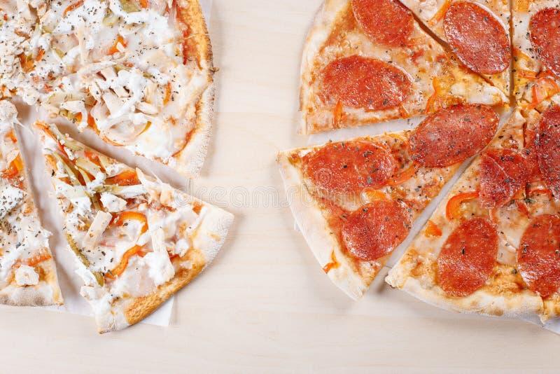 Pizza cozinhada na crosta fina na cozinha fotos de stock