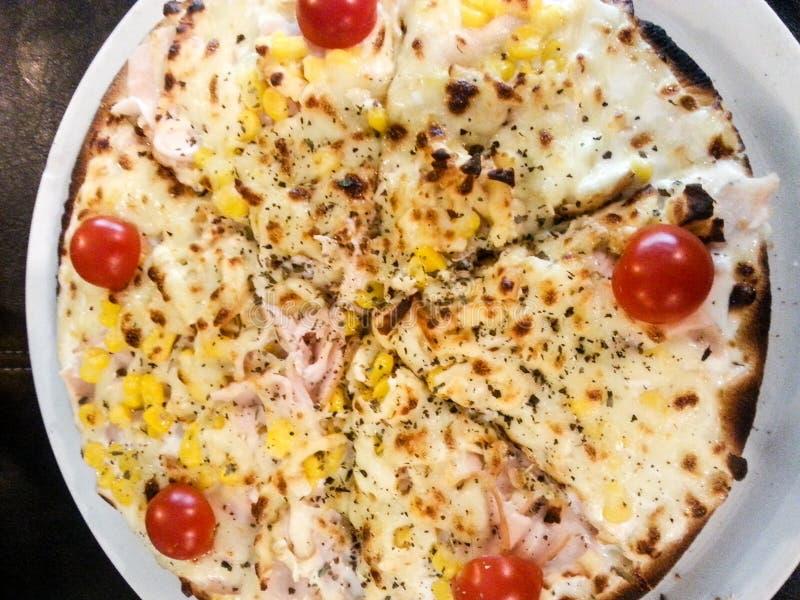 Pizza crème et fumée de poulet photographie stock