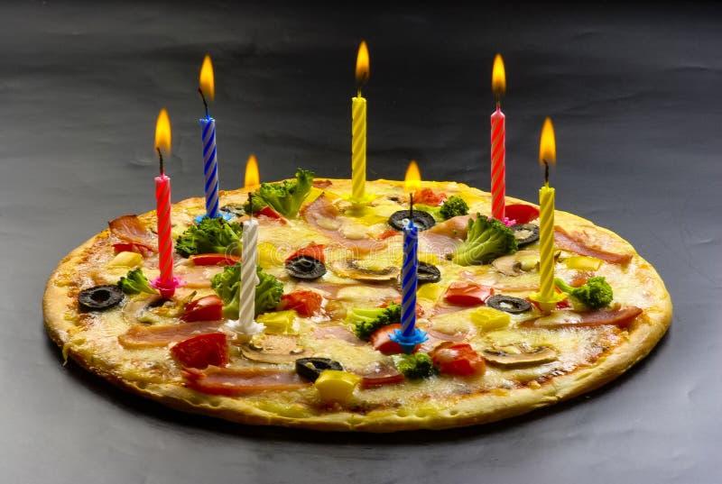 Pizza créative avec des bougies image libre de droits