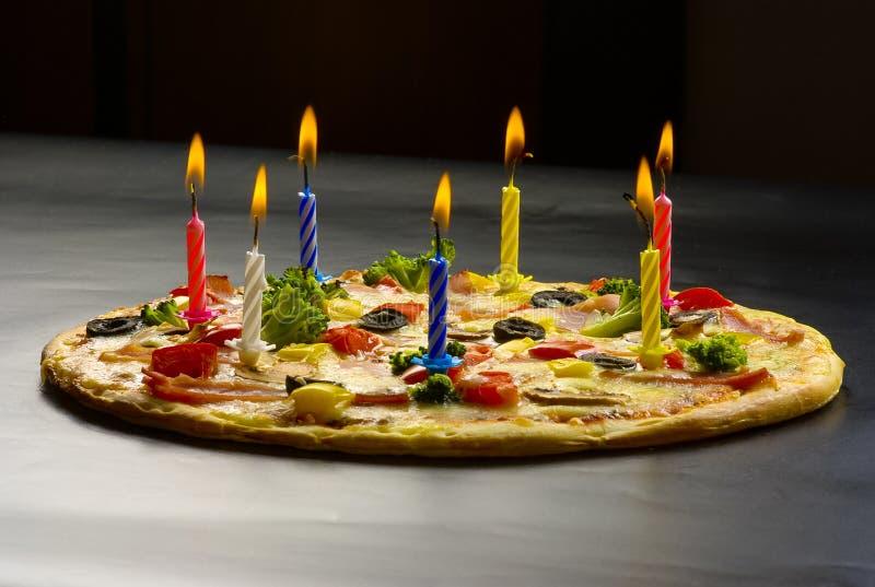 Pizza créative avec des bougies photo stock